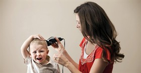 Bambina coi capelli corti