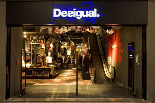 cd45e3b8e3ca  p Desigual colora Milano  p
