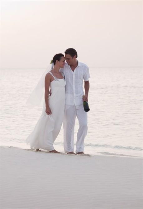 Matrimonio Spiaggia Outfit Uomo : Sposarsi al mare semplice raffinato e spensierato style